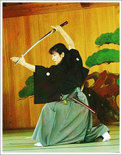 Ukyo Tanaka en su dojo, iaido, iaijutsu